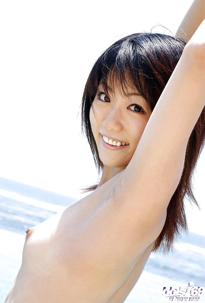 18 летняя японка разделась догола после погружения в бассейн