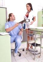 Большегрудая Patty Michova трахается с врачом в больничном кабинете 2 фотография