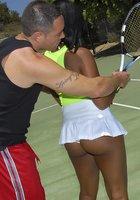 Инструктор по теннису трахает жопастую негритянку после тренировки 1 фотография