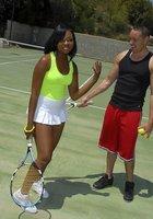 Инструктор по теннису трахает жопастую негритянку после тренировки 2 фотография