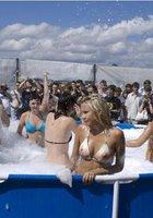 Девушки в купальниках купаются в бассейне с пеной под открытым небом 3 фотография