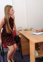 Медсестра обследует манду голой пациентки, сидящей в гинекологическом кресле 17 фотография