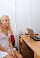 Седой врач и медсестра обследуют в кабинете голую 18 летнюю блондинку 1 фотография