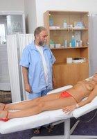 Седой врач и медсестра обследуют в кабинете голую 18 летнюю блондинку 6 фотография