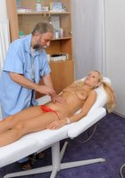 Седой врач и медсестра обследуют в кабинете голую 18 летнюю блондинку 7 фотография