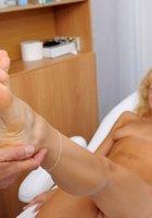 Седой врач и медсестра обследуют в кабинете голую 18 летнюю блондинку 9 фото