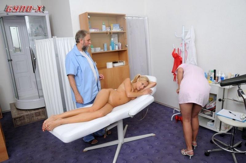 Седой врач и медсестра обследуют в кабинете голую 18 летнюю блондинку 14 фотография