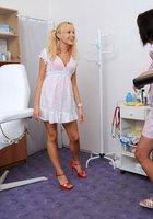 Медсестра помогает зрелому врачу осматривать голую блондинку на кушетке 2 фотография
