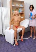 Медсестра помогает зрелому врачу осматривать голую блондинку на кушетке 4 фотография