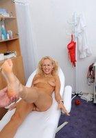 Медсестра помогает зрелому врачу осматривать голую блондинку на кушетке 8 фотография
