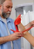 Медсестра помогает зрелому врачу осматривать голую блондинку на кушетке 9 фотография