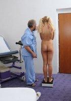 Медсестра помогает зрелому врачу осматривать голую блондинку на кушетке 11 фотография