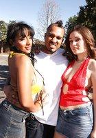 Во время секса втроем мексиканец сует гигантский хер в очко одно из давалок 1 фотография