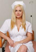 Сисястая медсестра в халатике мастурбирует перед пациентом 1 фотография