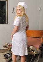 Сисястая медсестра в халатике мастурбирует перед пациентом 3 фотография