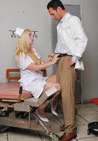 Сисястая медсестра в халатике мастурбирует перед пациентом 13 фотография