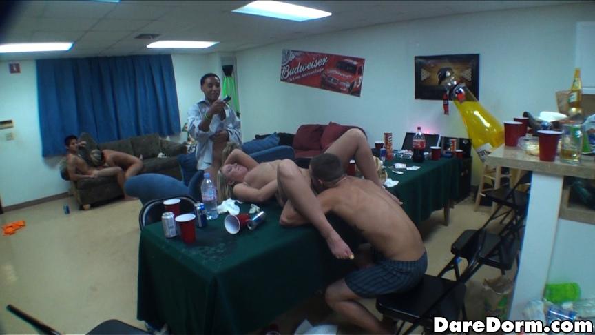 Пьяные студентки трахаются с одногруппниками на вечеринке