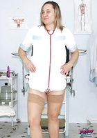 Толстая медсестра в халате светит волосатой мандой в больничном кабинете 1 фотография