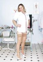 Толстая медсестра в халате светит волосатой мандой в больничном кабинете 2 фотография