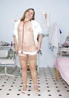 Толстая медсестра в халате светит волосатой мандой в больничном кабинете 4 фотография