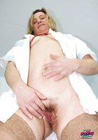 Толстая медсестра в халате светит волосатой мандой в больничном кабинете 10 фотография
