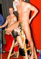 Пьяная оргия с мокрыми телками в ночном клубе 6 фото