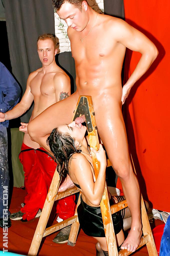 Пьяная оргия с мокрыми телками в ночном клубе 6 фотография