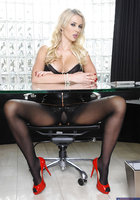 Блонда в лакированных туфлях светит попой в дырявых колготках около стола 6 фотография