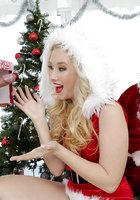 Белобрысая помощница в новогоднем костюме делает минет на глазах у Санты 1 фото