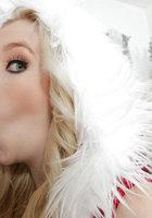 Белобрысая помощница в новогоднем костюме делает минет на глазах у Санты 10 фото