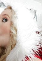 Белобрысая помощница в новогоднем костюме делает минет на глазах у Санты 11 фото