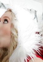 Белобрысая помощница в новогоднем костюме делает минет на глазах у Санты 12 фото
