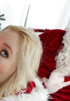 Белобрысая помощница в новогоднем костюме делает минет на глазах у Санты 14 фото
