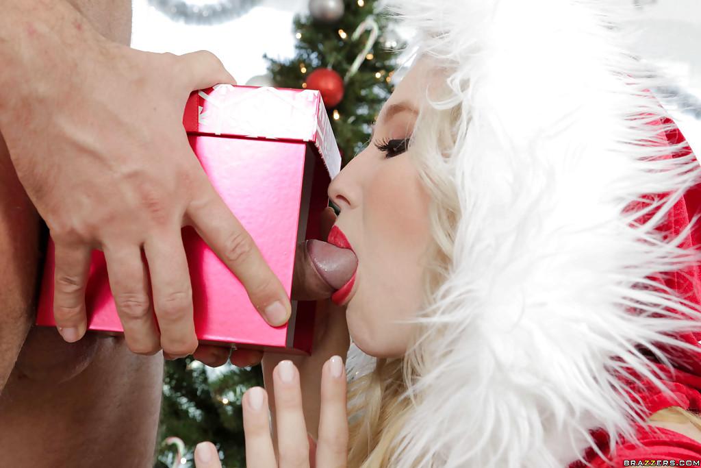 Белобрысая помощница в новогоднем костюме делает минет на глазах у Санты 2 фотография