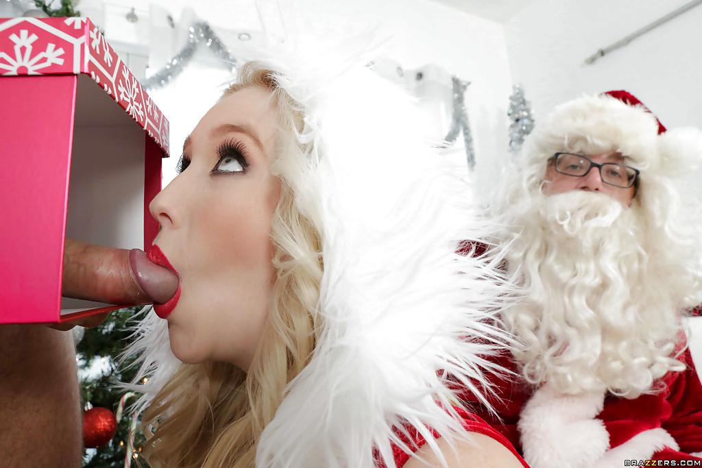 Белобрысая помощница в новогоднем костюме делает минет на глазах у Санты 12 фотография