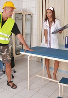 Зрелый строитель развел на минет новенькую медсестру 1 фотография