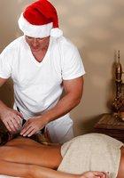 Массажист в красной шапке трахает татуированную клиентку на кушетке 2 фотография