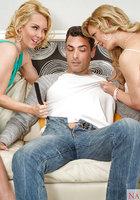 Кудрявые блондинки получили сперму на языки после отсоса на диване 2 фотография