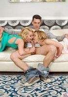 Кудрявые блондинки получили сперму на языки после отсоса на диване 3 фотография