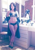 Британская модель Ava Dalsush ласкает свою мохнатку в гримерке 2 фотография