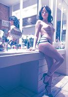 Британская модель Ava Dalsush ласкает свою мохнатку в гримерке 3 фотография