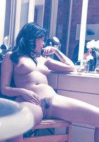 Британская модель Ava Dalsush ласкает свою мохнатку в гримерке 12 фотография