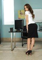 Офисная работница раздевается догола и показывает стройное тело в кабинете 3 фотография