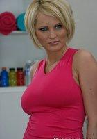 Блондинка с прической каре разделась догола в тренажерном зале 1 фотография