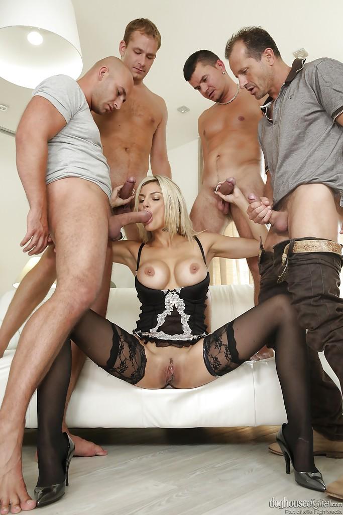 Блонда в черном белье сосет члены и наслаждается куннилингусом на диване 10 фотография