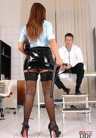 Врач-извращенец на коленях умолял полицейскую простить его 1 фотография