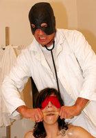 Гинеколог трахает в письку пациентку в белых чулках на гинекологическом кресле 2 фото