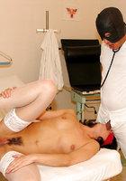 Гинеколог трахает в письку пациентку в белых чулках на гинекологическом кресле 3 фото