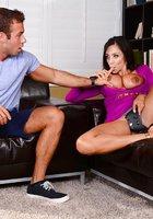 Сисястая милфа развела молодого геймера на вагинальный секс на диване 3 фотография