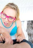 Гламурная блондинка с мясистой жопой впустила в анал огромный хуй 2 фото